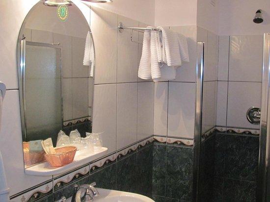 Bastion Hotel: Bathroom