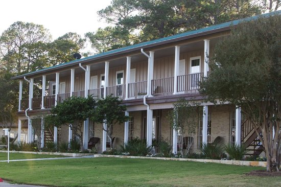 Lake Bastrop Lodge : Front of hotel.