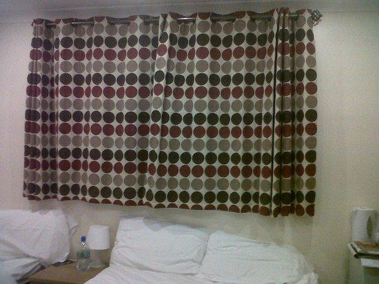 Golden Strand Hotel: tende sulla finestra sopra il letto matrimoniale