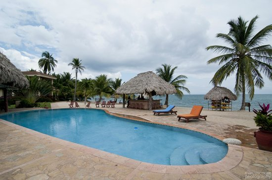 Belizean Dreams Resort: Pool/bar/beach area