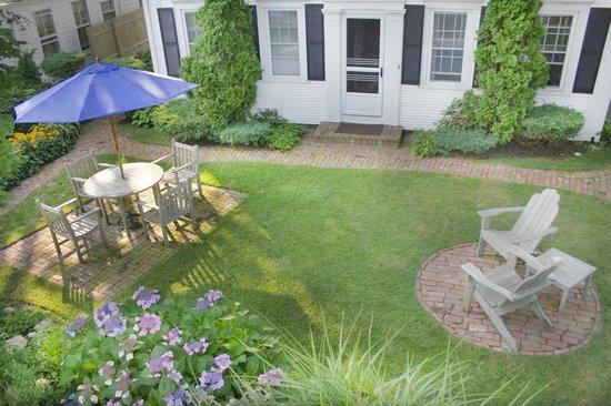 West End Inn: Garden