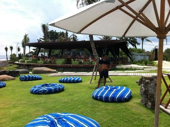 Komune Resort, Keramas Beach Bali: nice beach cafe and pool