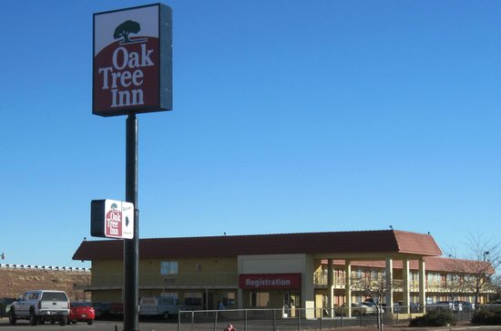 Oak Tree Inn: Exterior Front