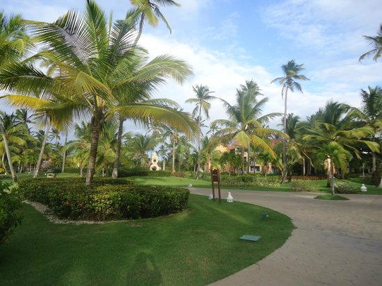 Punta Cana Princess All Suites Resort & Spa: Walkway to the beach