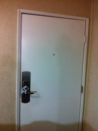 Rodeway Inn Cypress: no security latch or fire escape instructions