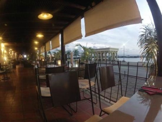 City Cafe: ocean front dinning area