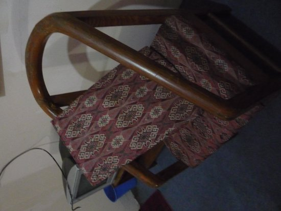 Khangsar Guest House: Broken chair