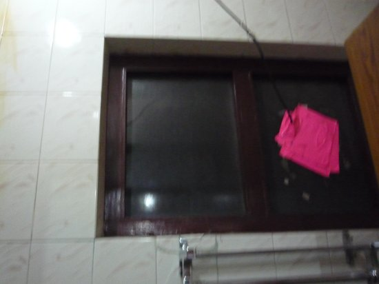 Khangsar Guest House: Broken window in the bathroom