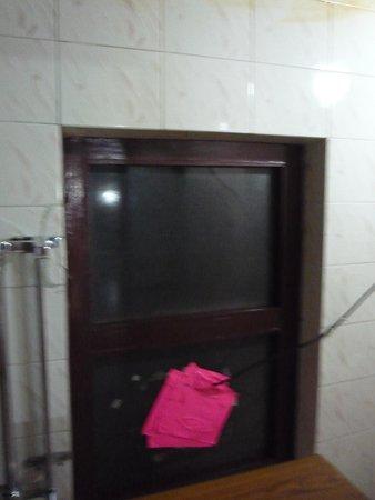 Khangsar Guest House: Broken window in the bathroom