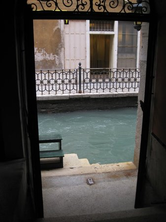 Hotel Saturnia & International: Where the water taxi dropped us off