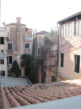 Hotel Saturnia & International: View from out bathroom window