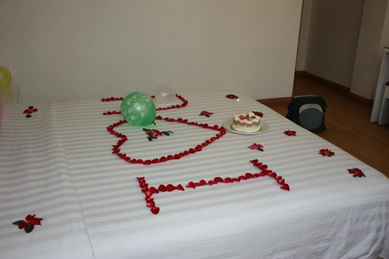 Hanoi Holiday Diamond Hotel: Another view of the bed decoration