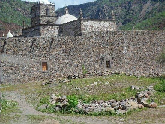 Mission San Javier: Vista Trasera de la misión
