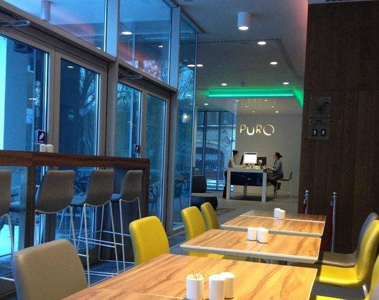 PURO Hotel: Desk