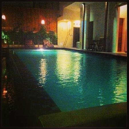 Arana Suite Hotel : The infinity pool at night.