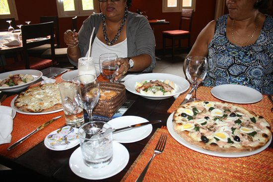 Mona Lisa in Port Chambly: the pizzas and greek salad