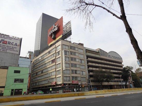 Apartamentos-Hotel Avilla: La petite rue où se situe l'hôtel vue de l'avenue Hidalgo