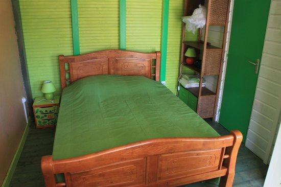 Les Gites Tit'Anse: lit chambre le jardin d'Antonin