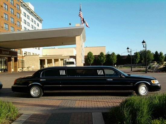 Coralville Marriott Hotel & Conference Center: Waiting for a VIP in front of the hotel.
