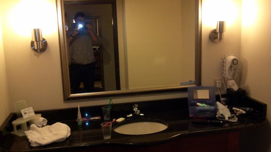 Holiday Inn Express & Suites: Large and clean bathroom.