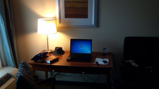 Holiday Inn Express & Suites: Good work area.