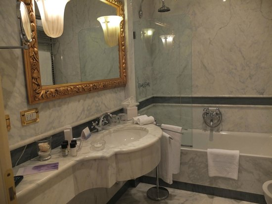 Ca' Sagredo Hotel: Bathroom in our suite - gorgeous!