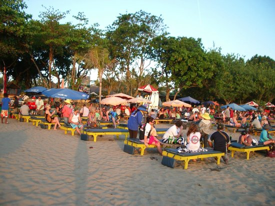 The Jayakarta Bali Beach Resort: One of the great sunset bars out the front of the hotel