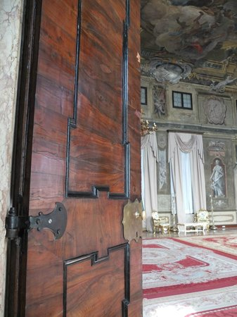 Ca' Sagredo Hotel: Just one of the old wooden doors leading into the ballroom