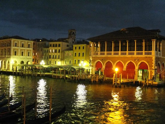 Ca' Sagredo Hotel: Night view of the Rialto market