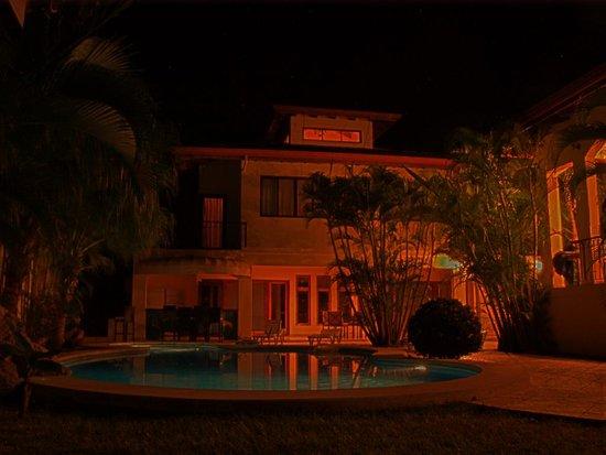 Villa Oasis: Villa Oasis at night (3 of 3) 