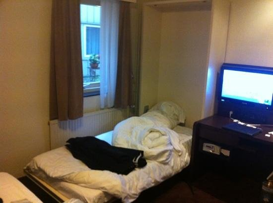 Best Western Dam Square Inn: the pull down cot