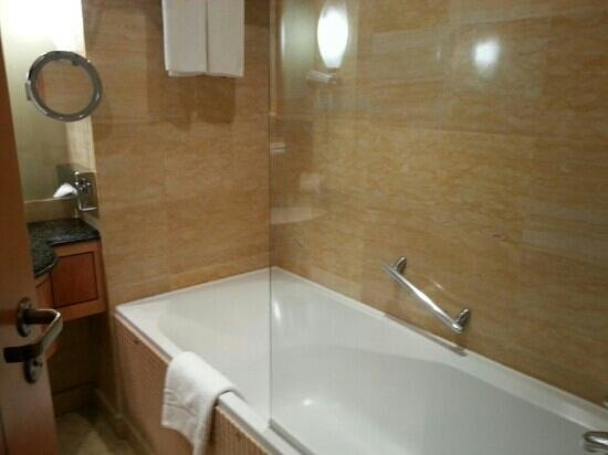 Movenpick Hotel Doha: bath tub