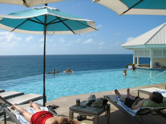 Frenchman's Reef & Morning Star Marriott Beach Resort: Amazing infinity pool with bar and hot tub