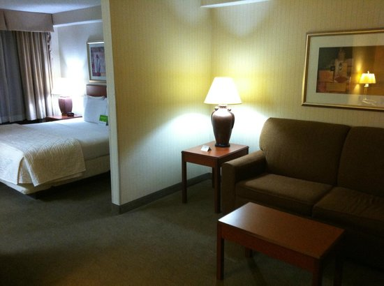 La Quinta Inn & Suites Newark - Elkton: Bed & couch area