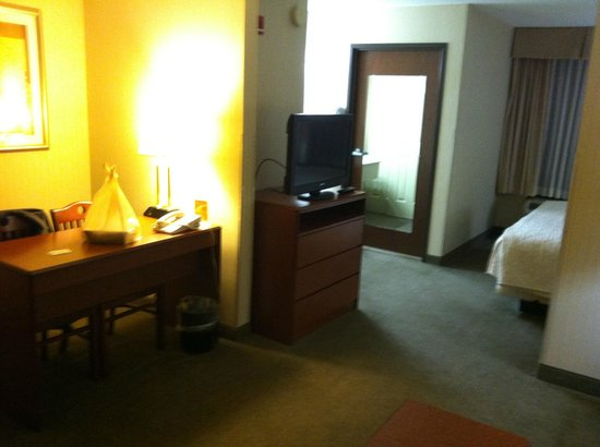 La Quinta Inn & Suites Newark - Elkton: Bed & desk