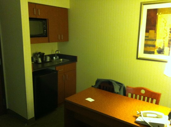 La Quinta Inn & Suites Newark - Elkton : Desk & mini-fridge, sink, & microwave
