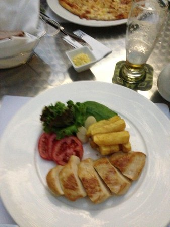 NM Lima Hotel: Entree (pizza in back)