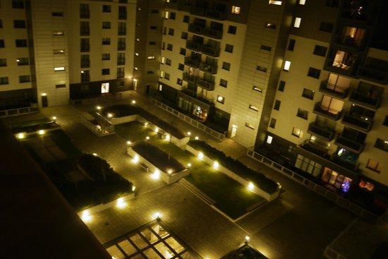 The B Suites Edinburgh: Courtyard view at night