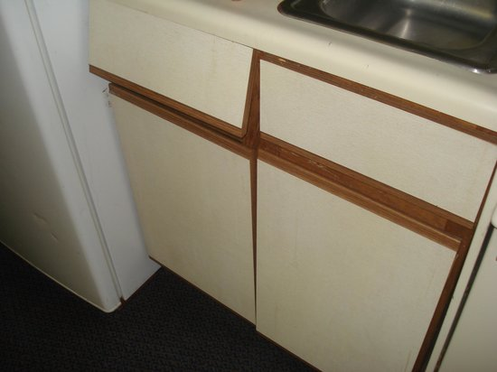Bermuda Sands Motel: Cabinets were dirty and doors falling off.