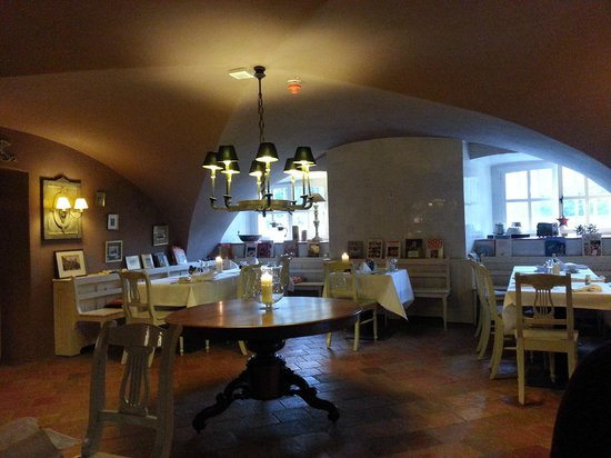 Schlosshotel Gartrop: Breakfast room in the cellar