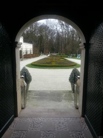 Schlosshotel Gartrop: Looking outside from the main entrance