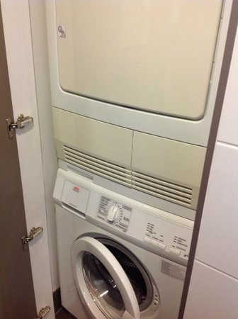 Adina Apartment Hotel Berlin Mitte: German washing machine / dryer - needed help to figure out how to use these