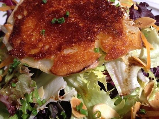 Maritim: petit fromage de chevre Catalan dur salade finement assaisonee et pignons