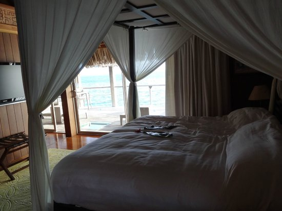 Conrad Bora Bora Nui: Bedroom overlooking the balcony