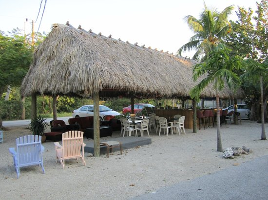 Tropical Cottages: Tiki Hut with live music on the weekends and drinks at the cash bar