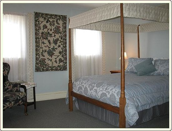 Carlisle House Bed & Breakfast: Penn Suite Bedroom with canopy Queen Bed
