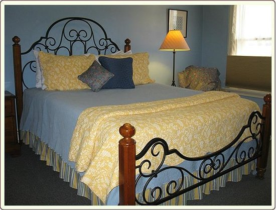 Carlisle House Bed & Breakfast: Penn Suite bedroom with Queen Bed