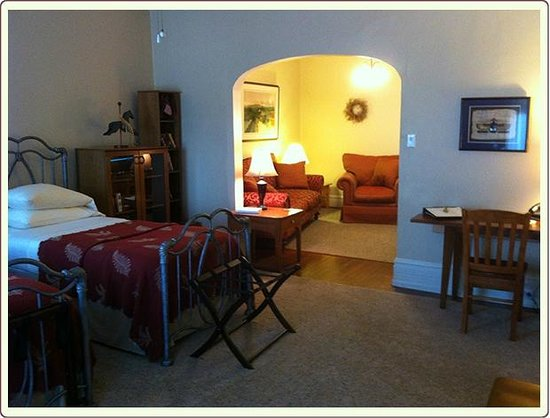 Carlisle House Bed & Breakfast: Bailey Suite Twin Bedroom and Sitting Room