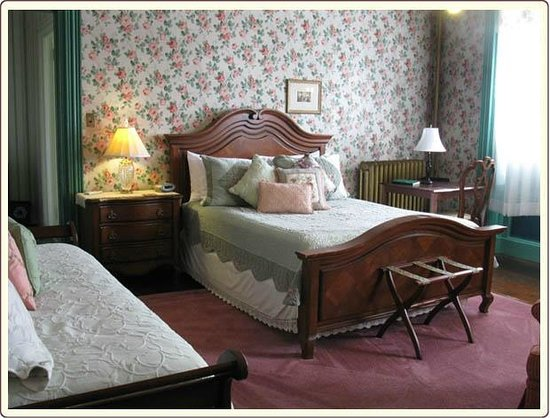 Carlisle House Bed & Breakfast: Rose Room Queen Bed and Twin Bed