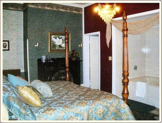 Carlisle House Bed & Breakfast: Ewing Room with King Bed and en-suite Whirlpool Tub